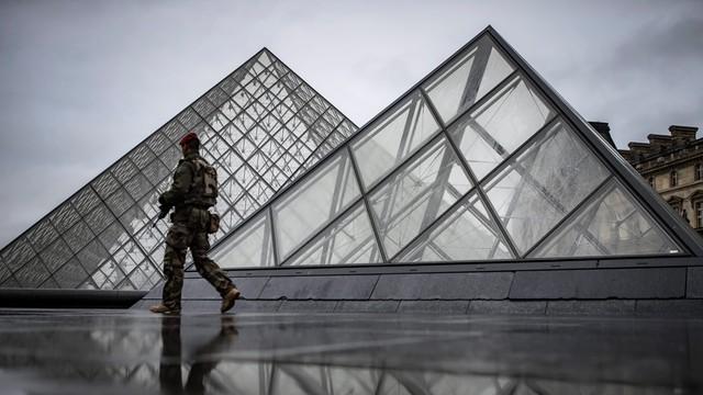 Francja: muzeum Luwr otwarte dla turystów po piątkowym ataku