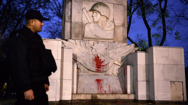 Rosja: Usprawiedliwianie przez Polskę wandalizmu na cmentarzach to cynizm