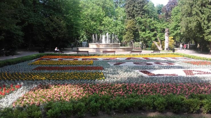 750-lecie Koszalina. Napis ułożony z kwiatów w parku miejskim