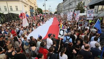 """24-07-2017 20:40 """"Chcemy reformowania sądownictwa, ale nie szarżowania"""". Bezpartyjna demonstracja przed Pałacem Prezydenckim"""