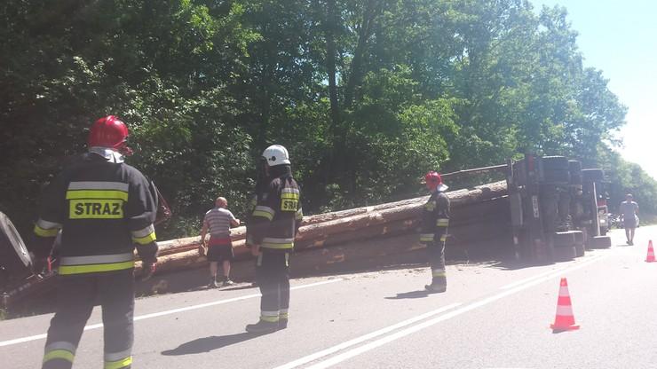 2017-06-21 Wypadek w Obrokach. Ciężarówka na boku, sterta drewna w rowie