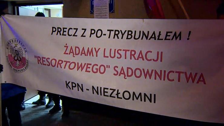 Zwolennicy Słomki demonstrują w poczekalni aresztu poparcie dla Miernika