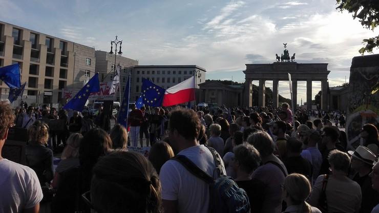 Protesty przeciwko reformom polskiego sądownictwa w miastach UE