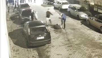 Młody mężczyzna kopany po głowie. Brutalne pobicie w Płońsku