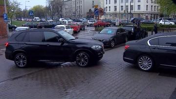 Stłuczka rządowych limuzyn przed siedzibą PiS