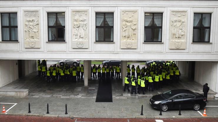 """""""Jesteście na moim terenie"""" - Borusewicz do policjantów na terenie Sejmu"""