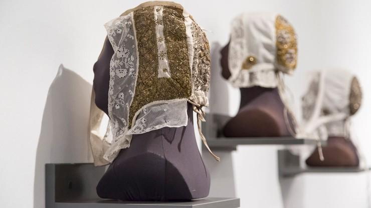 Czepce z całej Polski na wystawie w Bytomiu. Dawne kobiece nakrycia głowy, kiedyś były obowiązkowe