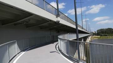 2017-08-09 Szósty most z infrastrukturą rowerową w Warszawie. Dospawali kładki dla cyklistów pod Łazienkowskim