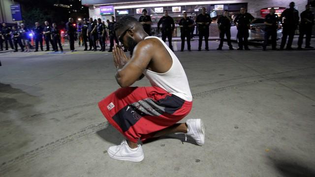 Po strzelaninie w Dallas flagi opuszczone do połowy masztów