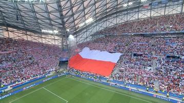 2016-06-30 Polska - Portugalia: Pięknie odśpiewany hymn z flagą w tle