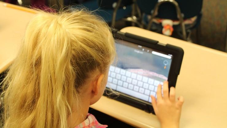 Dzieci w internecie najbardziej boją się hejtu