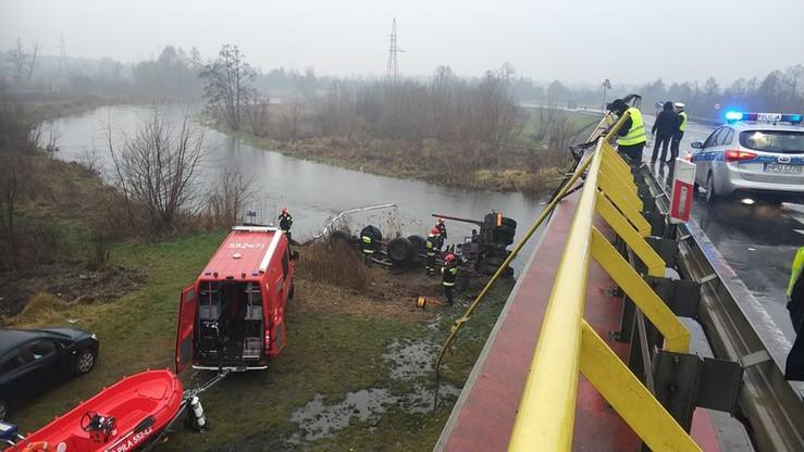 W Pile tir wpadł do rzeki. Nie żyje kierowca