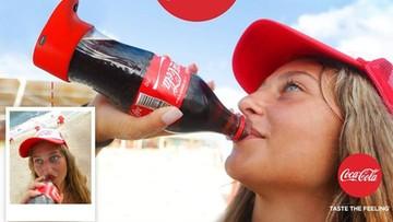 Butelka Coca-Coli robi selfie