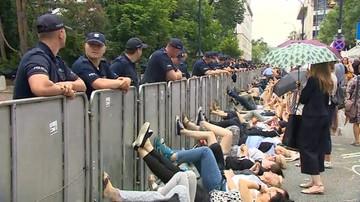 Sejm głosował, oni protestowali. Na leżąco, kopiąc w barierki