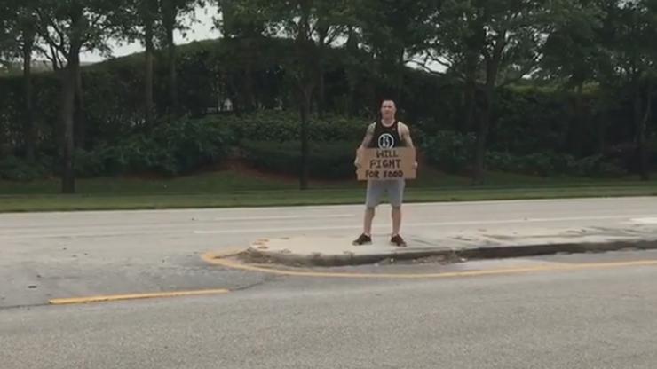 """Zawodnik UFC protestował na ulicy! """"Będę walczył za jedzenie"""""""