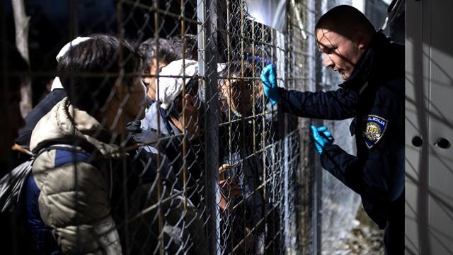 Grecja: policja zaczęła usuwać migrantów z granicy z Macedonią