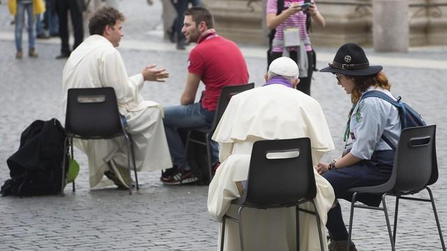 Watykan: Papież spowiadał młodzież na placu Świętego Piotra
