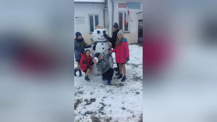 2016-11-10 Bałwan z Krukowa (woj. mazowieckie) stanął przed biblioteką