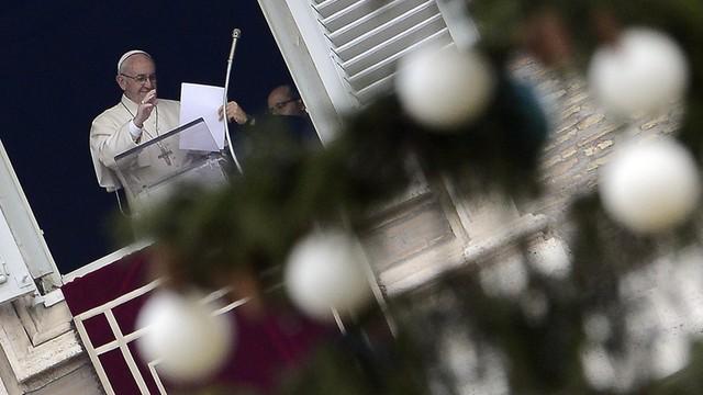 Watykan: Odsłonięto szopkę i zapalono światła na choince na placu Św. Piotra
