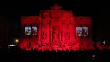 29-04-2016 21:49 Rzymska fontanna di Trevi oświetlona na czerwono ku czci męczenników