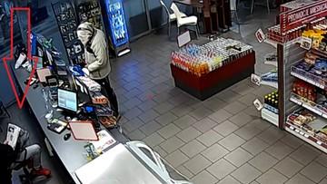Napadł z nożem na stację paliw, ale pracownik go zignorował. Nawet nie oderwał się od czytania