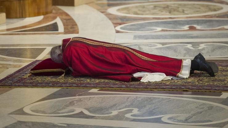 Watykan rozpoczął obchody Wielkiego Piątku. Papież modlił się leżąc przed ołtarzem