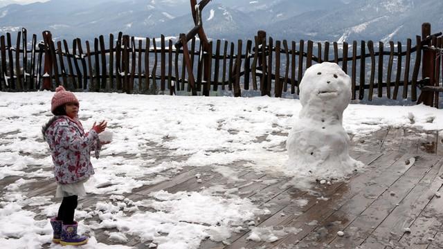 Są święta - jest śnieg. W Tatrach zagrożenie lawinowe, na ulicach pługopiaskarki