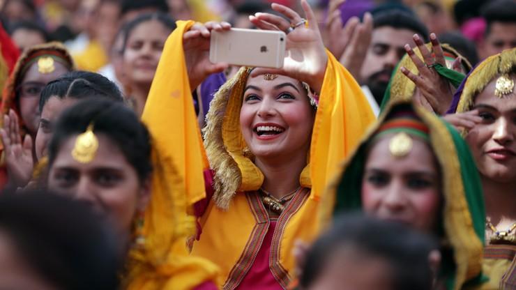 Polowanie na Romeo. Policja w Indiach wyłapuje mężczyzn, którzy patrzą na kobiety
