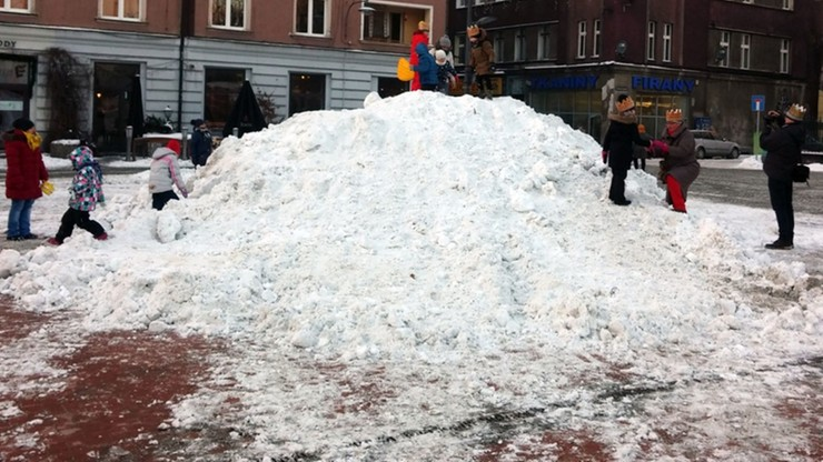 """Dwumetrowy stos śniegu dla saneczkarzy w centrum miasta. To bytomska """"Górka śmiechu"""""""