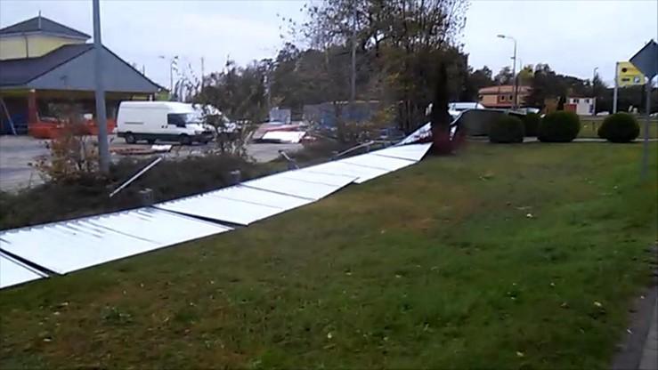 2017-10-06 Silny wiatr w Kostrzynie nad Odrą. Żywioł powalił kilkudziesięciometrowy płot