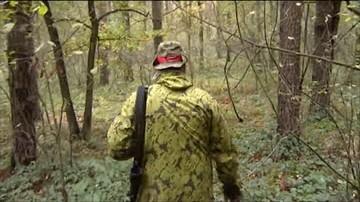 04-10-2017 17:14 Myśliwy oskarżany o uśmiercanie dzikich zwierząt został ukarany. Wieszał w lesie mięso naszpikowane haczykami