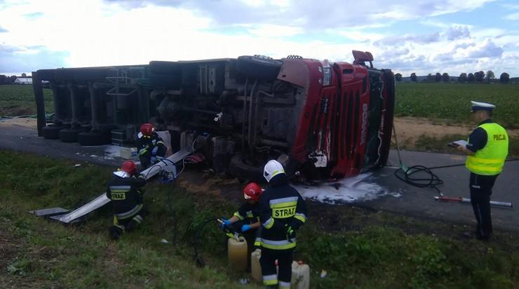Ciężarówka ze zbożem przewróciła się na samochód osobowy. Nie żyją dwie osoby