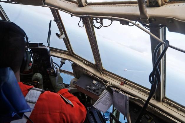 Plamy ropy na trasie zaginionego samolotu