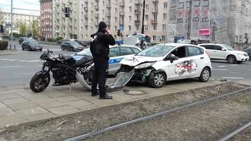 2017-04-22 Warszawa: kolizja motocykla z samochodem ochrony. Zderzak na ulicy