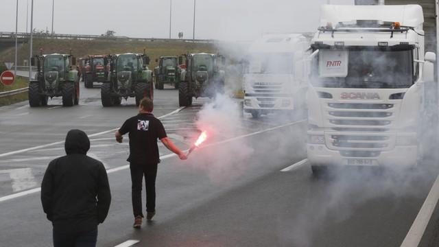 Francja: Mieszkańcy Calais chcą usunięcia obozowiska emigrantów, blokują drogi