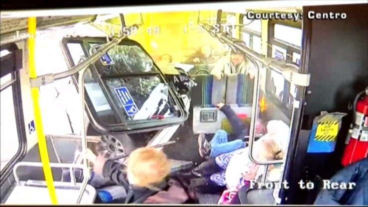 Samochód wbił się w autobus. Kierowca pomylił gaz z hamulcem