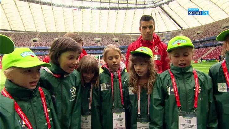 Młode piłkarki też śpiewają w rytmie disco.
