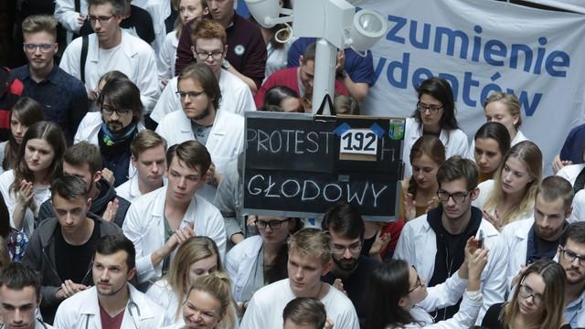 Młodzi lekarze zawiesili protest głodowy. Czekają na spotkanie z premier Szydło