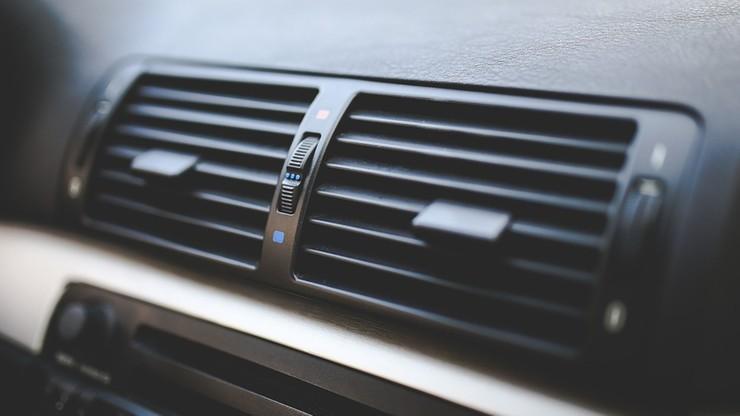 Włochy: wysoki mandat za włączoną klimatyzację w zaparkowanym aucie
