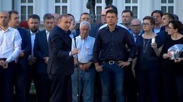 Grzegorz Schetyna przemawia przed Pałacem Prezydenckim