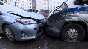 Zderzenie sześciu aut i radiowozu na warszawskiej Ochocie. Są ranni