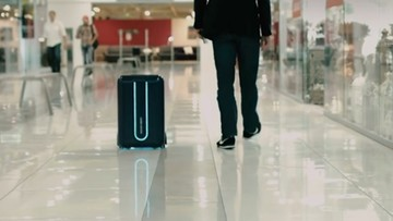 2016-10-25 Tej walizki nie trzeba nosić ani ciągnąć. Pojedzie sama