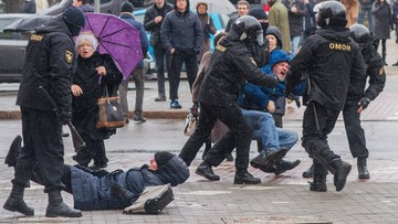 2017-03-25 Wynosili ludzi z tłumu, kilkuset zatrzymanych. Dzień Wolności na Białorusi