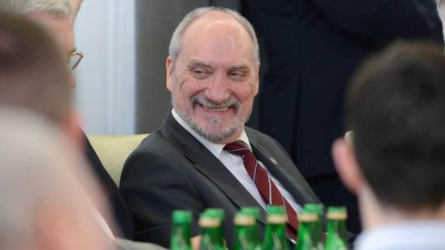 Macierewicz: szkolenie wojskowe powinno wrócić do szkół, najpóźniej od 2019 roku
