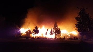 15-10-2016 20:40 Ogromny pożar drewnianego zajazdu. Pracownicy ewakuowani