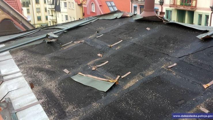 Wynajął mieszkanie na poddaszu i... kradł blachę z dachu
