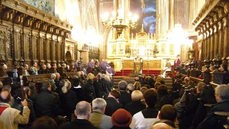 Raport: 4 na 10 wiernych w Polsce regularnie uczestniczy w mszach