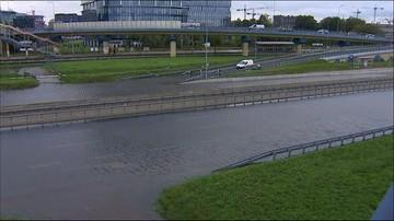 Lokalne podtopienia i zalania budynków. W Warszawie pod wodą znalazł się węzeł Marynarska