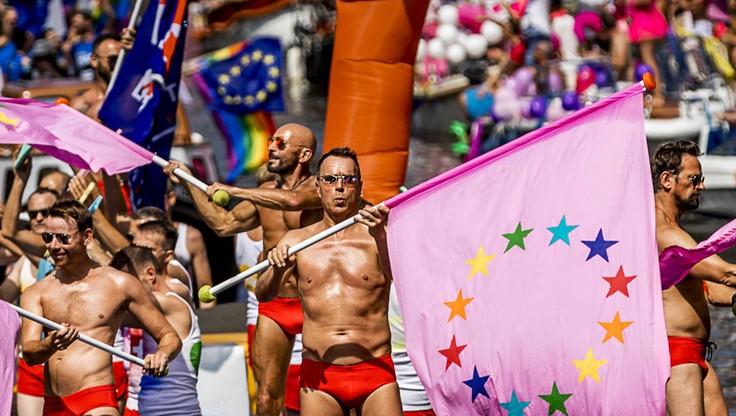 Parada gejów w Amsterdamie. Wśród uczestników Conchita Wurst i unijna komisarz