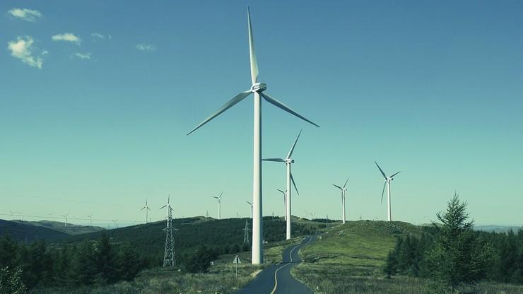 """Ministerstwo chce zastąpić spójnik """"a"""" spójnikiem """"albo"""". Farmy wiatrowe znów można by budować tuż obok domów"""